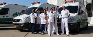 Equipo médico junto a ambulancias